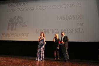 Gianluca Pignataro ritira il premio alla Miglior Campagna Promozionale