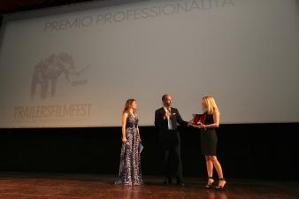 Stefania Bianchi consegna il premio a Nicola Maccanico